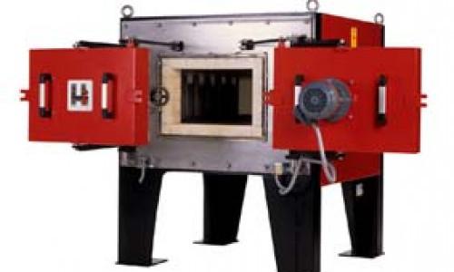 A villamos ellenállás-fűtésű, kamrás rendszerű hőkezelő kemencék alkalmasak különféle anyagok - elsősorban fémek - izzítására, hőkezelésére. A kétajtós hőkezelő kemencénél  egy kemencében végezhetők el a hőkezelési feladatok zárt ajtóval 1200 °C- ig, valamint légkavarásos ajtóval 750 °C- ig.