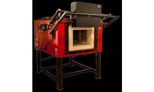 A villamos ellenállásfűtésű kamrás rendszerű hőkezelő kemence alkalmas tűzzománcok olvasztására, izzítására,  maximum 1100 °C hőmérsékletig. A kompakt építésű kemence minden szerkezeti elemet magába foglal. A hevítő kamra oldalán  helyezkedik a villamos kapcsoló, szabályzó egység, amely alkalmas PID jellegű programozható hőmérsékletszabályozásra. A teljesítménykapcsolást félvezetők végzik.